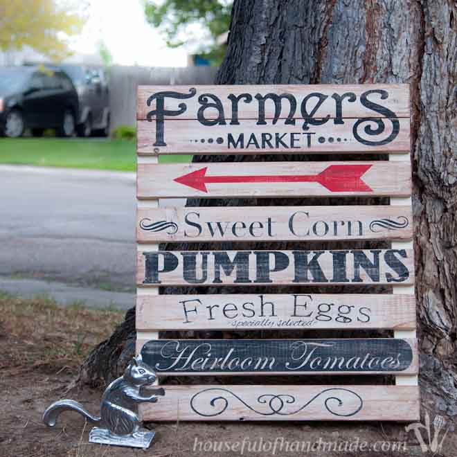 I love the farmers market and this easy farmers market mini pallet sign is perfect for fall decor. Tutorial from HousefulofHandmade.com