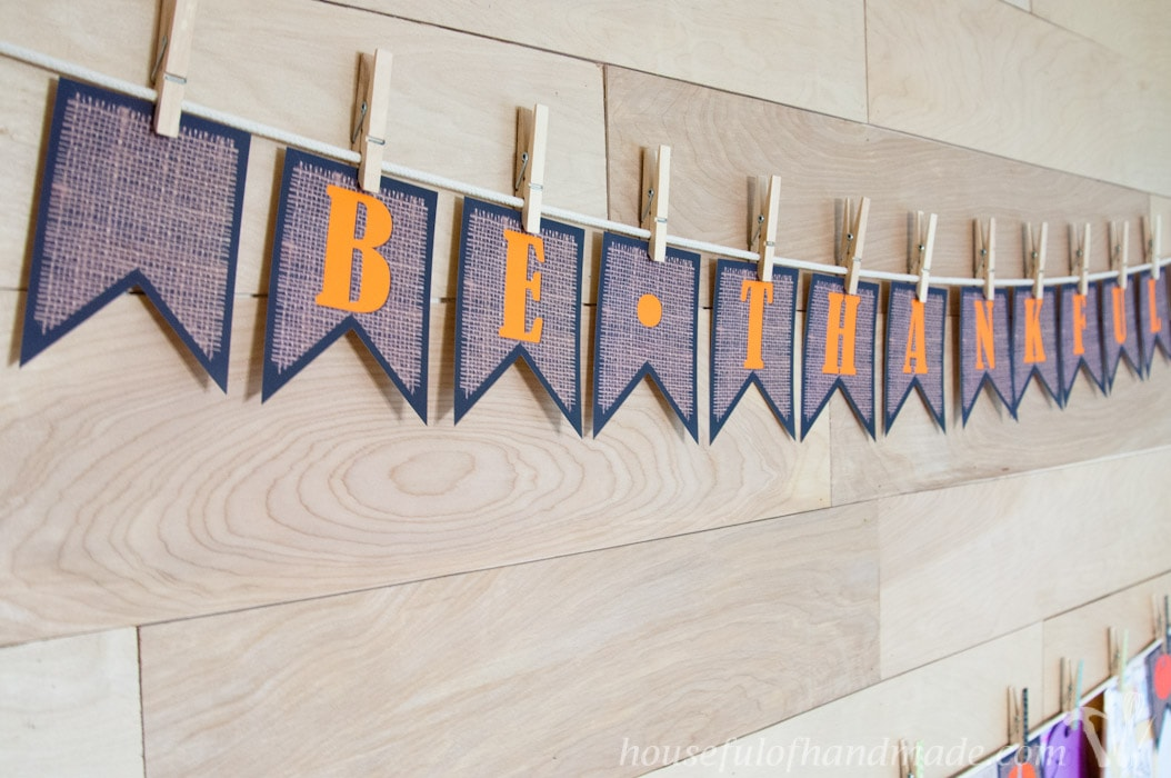 Free printable Be Thankful banner for easy Thanksgiving decor.