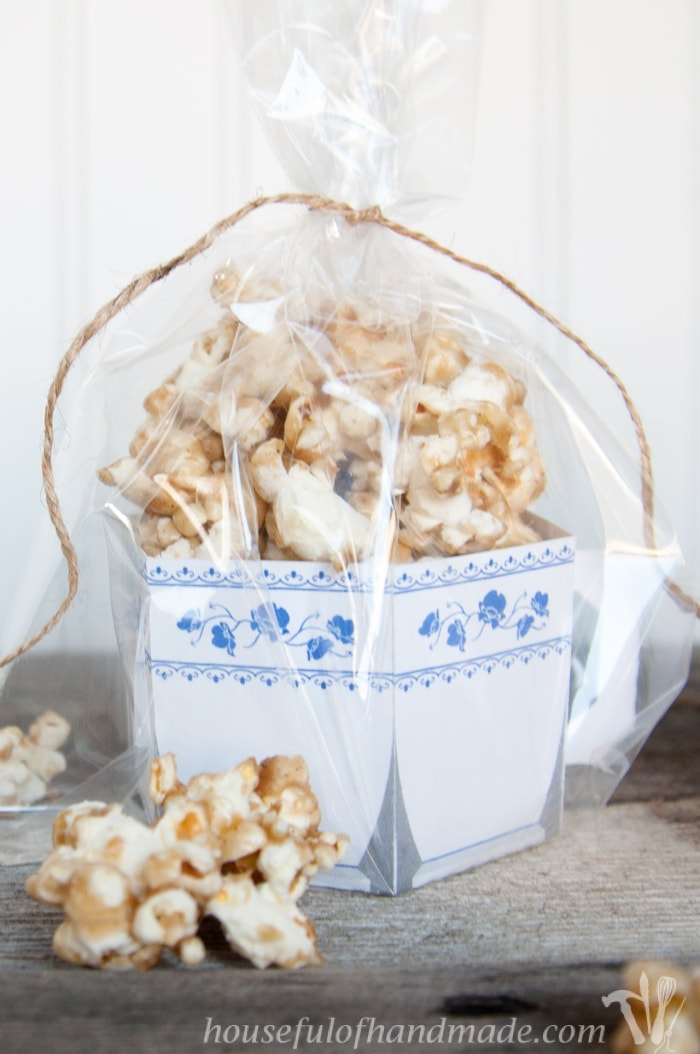 I love Chai tea so why not enjoy it in your caramel popcorn? This Chai Spiced Caramel Popcorn is perfect for girl's night in! Includes free printable paper tea cups for serving you popcorn! | Housefulofhandmade.com