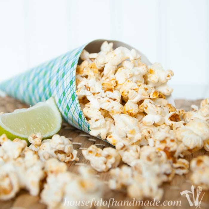 This is the perfect spicy snack! I love the southwest flair of this Chipotle Lime Popcorn. The perfect snack for game time. | Housefulofhandmade.com