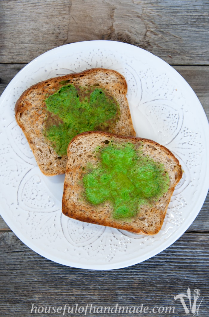 I love this idea! Celebrate St. Patrick's Day with a festive, and healthy, breakfast! These easy green shamrock eggs & toast are made with spinach to turn the eggs green. | Housefulofhandmade.com