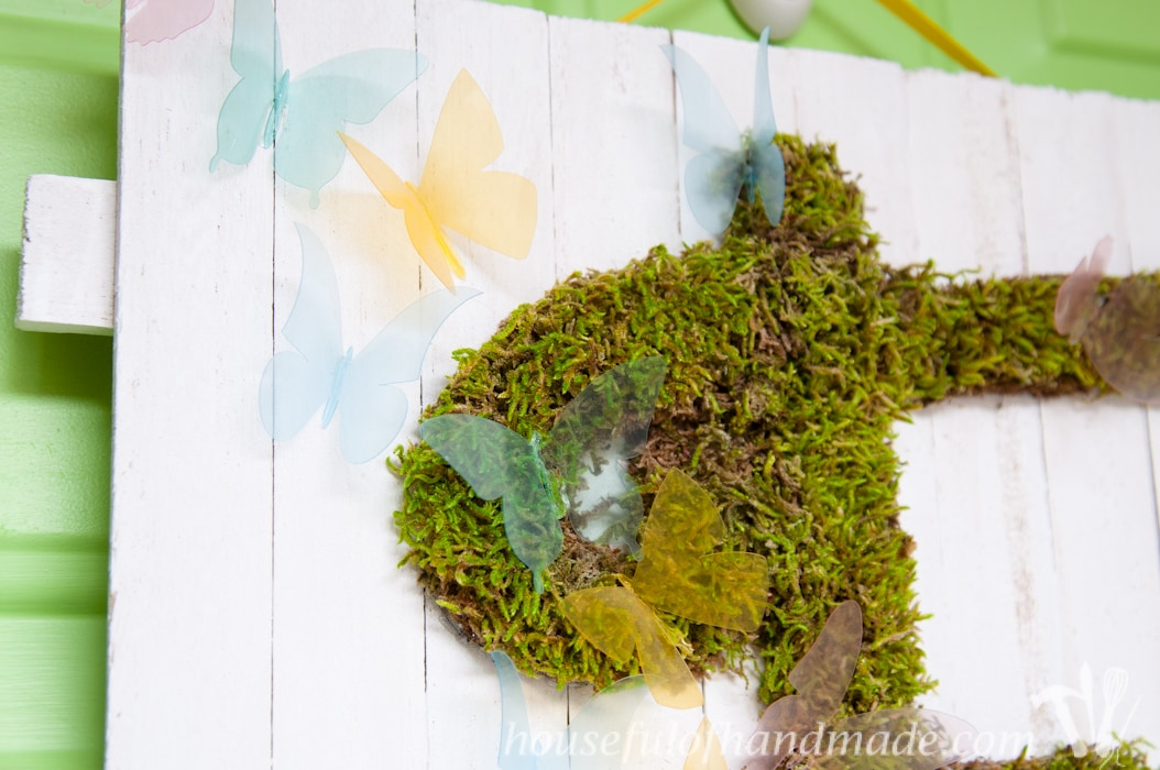 I'm so excited for spring! Make this easy DIY monogrammed moss door hanger instead of a wreath to welcome in the warm weather! | Housefulofhandmade.com