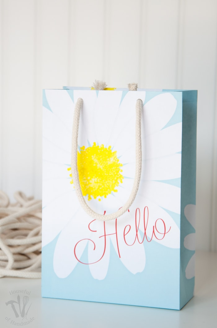 Make gift giving easy with these beautiful free printable daisy gift bags. Easy to print and assemble for the perfect way to say Hello this spring. | Housefulofhandmade.com