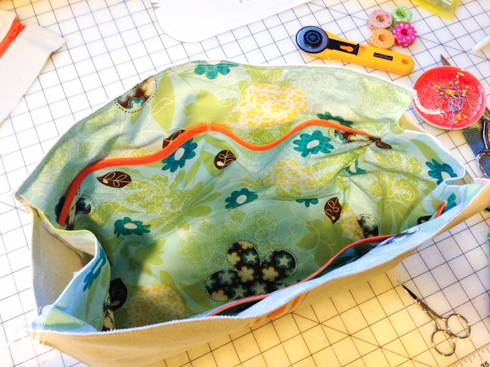 I love this drop cloth purse that is made to look like a vintage flour sack. Make your own purse with the free printable purse pattern and tutorial. | Housefulofhandmade.com