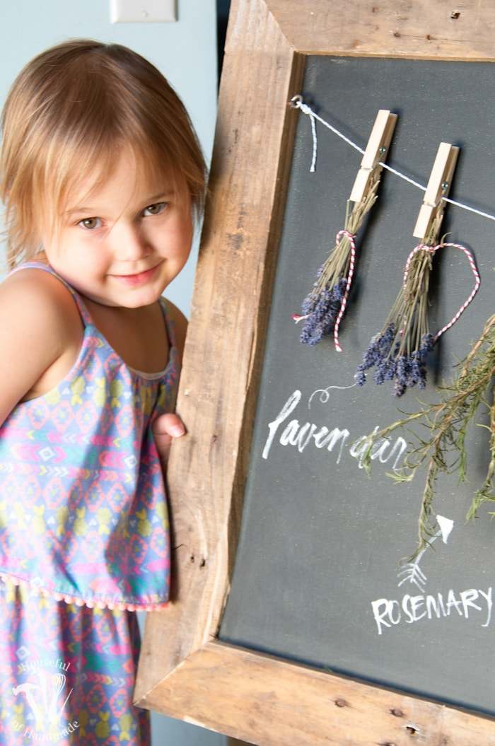 Make drying your herbs a part of your decor with this DIY rustic chalkboard herb drying rack. It's made from an old pallet and makes preserving herbs beautiful.   Housefulofhandmade.com