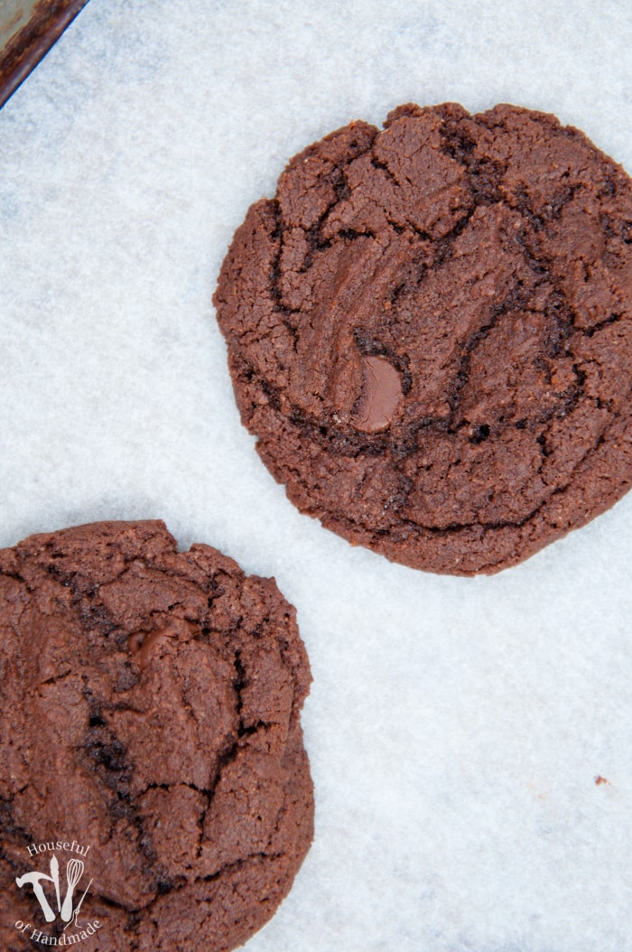 Can't get enough Nutella? Or chocolate? These Double Chocolate Nutella Cookies are the best cookies for your chocolate cravings. And the dough doesn't need to be chilled before baking! | Housefulofhandmade.com