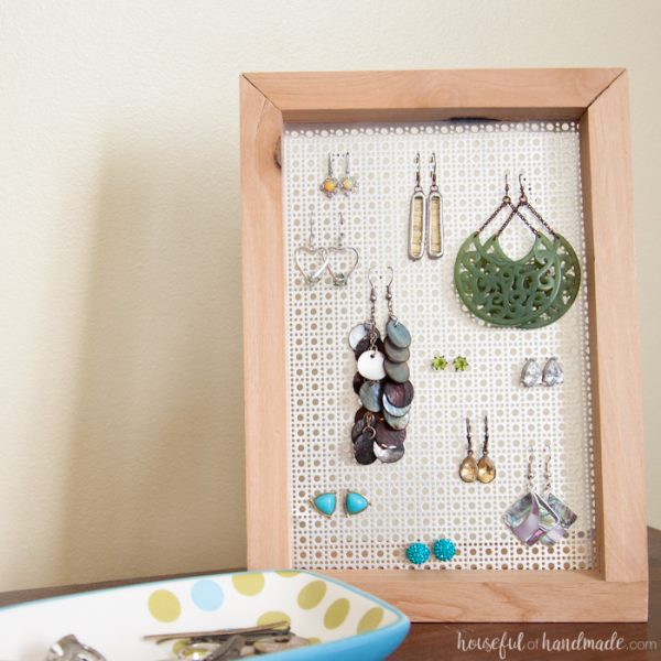 Need a way to display your earrings? This easy DIY earring stand is a simple build that anyone can do in less than an hour. And it can even be made without any power tools.   Housefulofhandmade.com