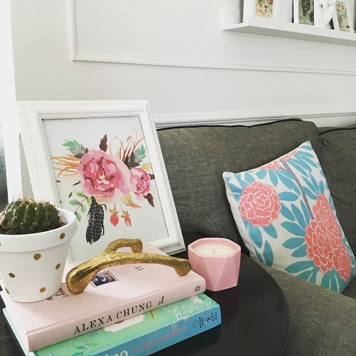 These tips are exactly what I needed! Just because you don't have a big budget, doesn't mean you can't have a designer home. Check out these 12 tips for decorating a living room on a budget. | Housefulofhandmade.com