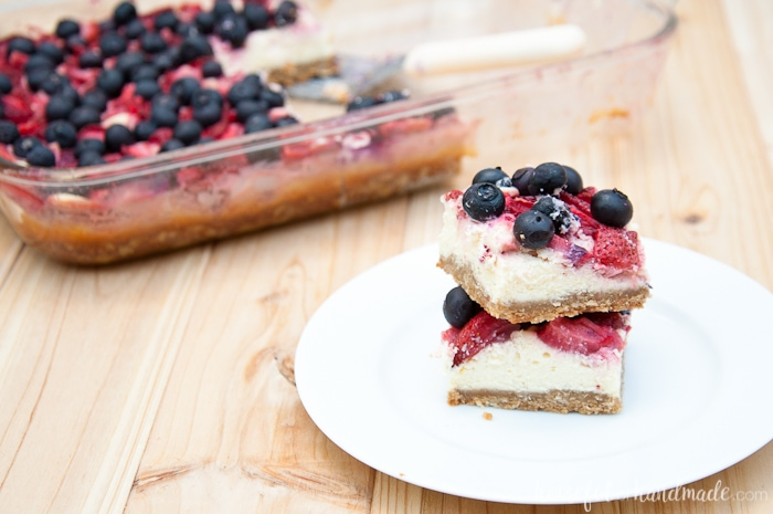 The perfect way to use up all the berries I keep buying! Summer is all about berries. Make the perfect summer desert with this oatmeal berry cheesecake bars recipe. And if you have gluten free oats, you can make this a gluten free summer desert. | Housefulofhandmade.com
