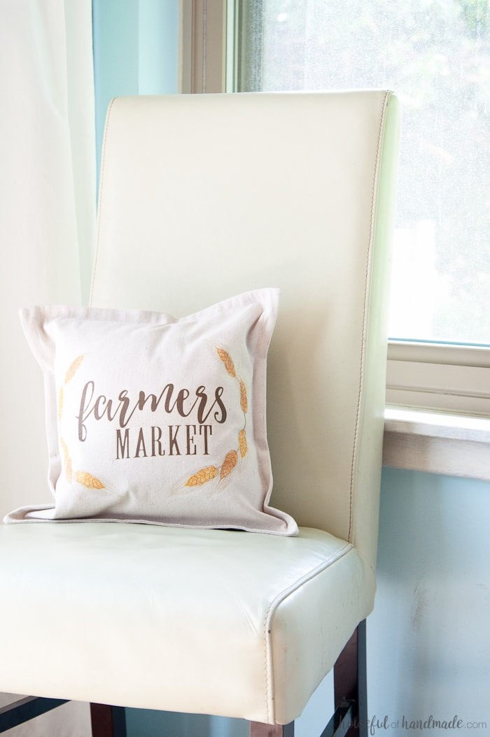 This tutorial is brilliant and so easy! Have you every found a printable that you loved but didn't have room on your walls for it? Turn your favorite printable into a decorative pillow with this super easy tutorial so you can fill your house with beauty. | Housefulofhandmade.com
