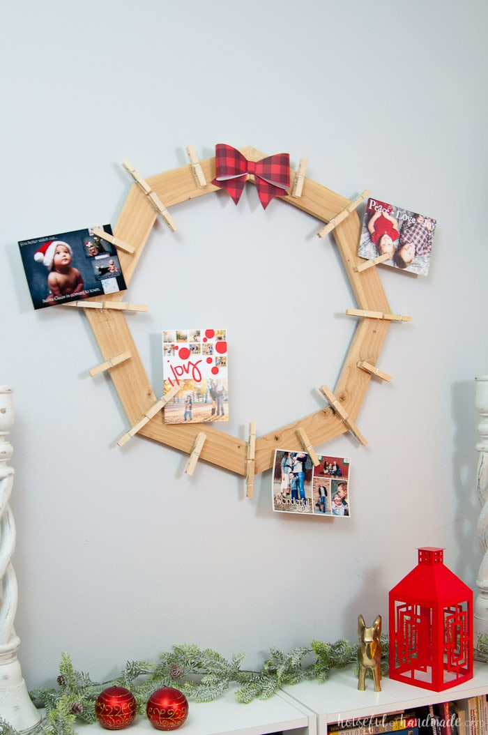 This is the cutest way to display your Christmas cards! Build a DIY wood Christmas card wreath from 1 1x3 board. A great rustic farmhouse style Christmas card holder. | Housefulofhandmade.com