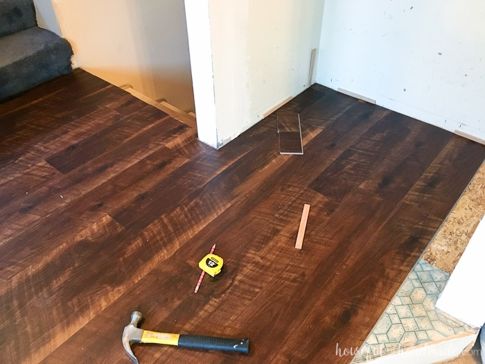 I never realized how easy it was to install laminate flooring! Find out how to install laminate flooring so you can transform any room of your home. A great weekend DIY project. | Housefulofhandmade.com