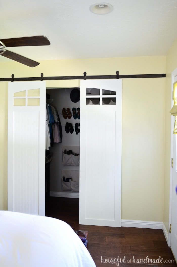 These fixer upper inspired farmhouse barn doors are gorgeous. I love the windows peaking in on the walk in closet. Get the free build plans for these sliding barn doors from Housefulofhandmade.com