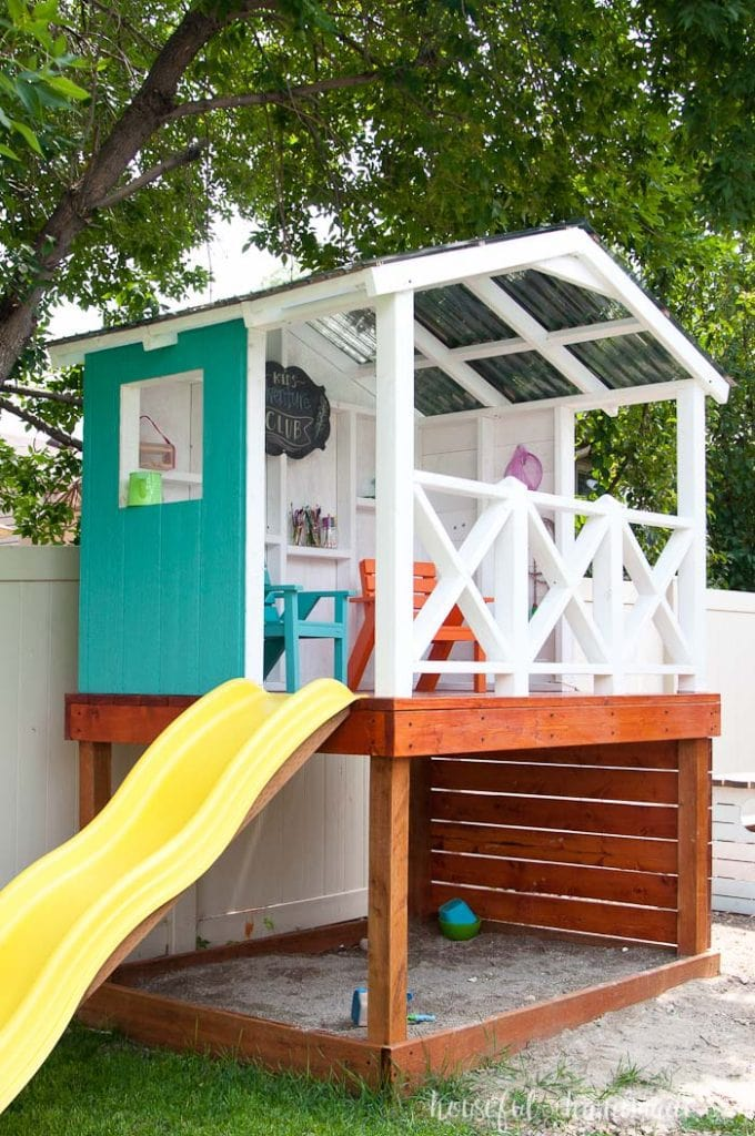 Building the outdoor playhouse over a sandbox was the perfect solution for our small yard. Lots of fun for the kids, without loosing too much yard space. Housefulofhandmade.com