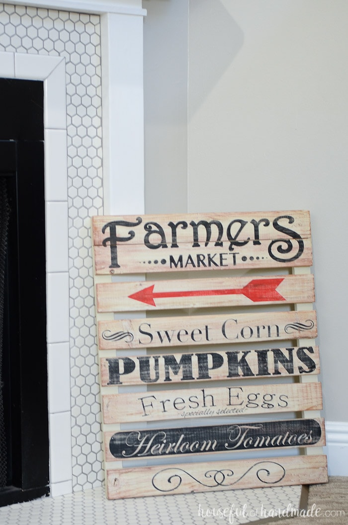 This easy to make farmers market pallet sign is perfect for your farmhouse fall decor. Housefulofhandmade.com