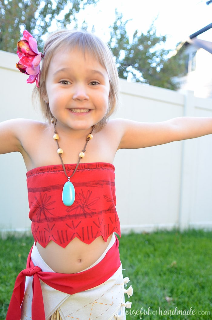 I love this beautiful DIY Moana costume! Its so easy to make your daughter will be the perfect island princess in no time. Housefulofhandmade.com