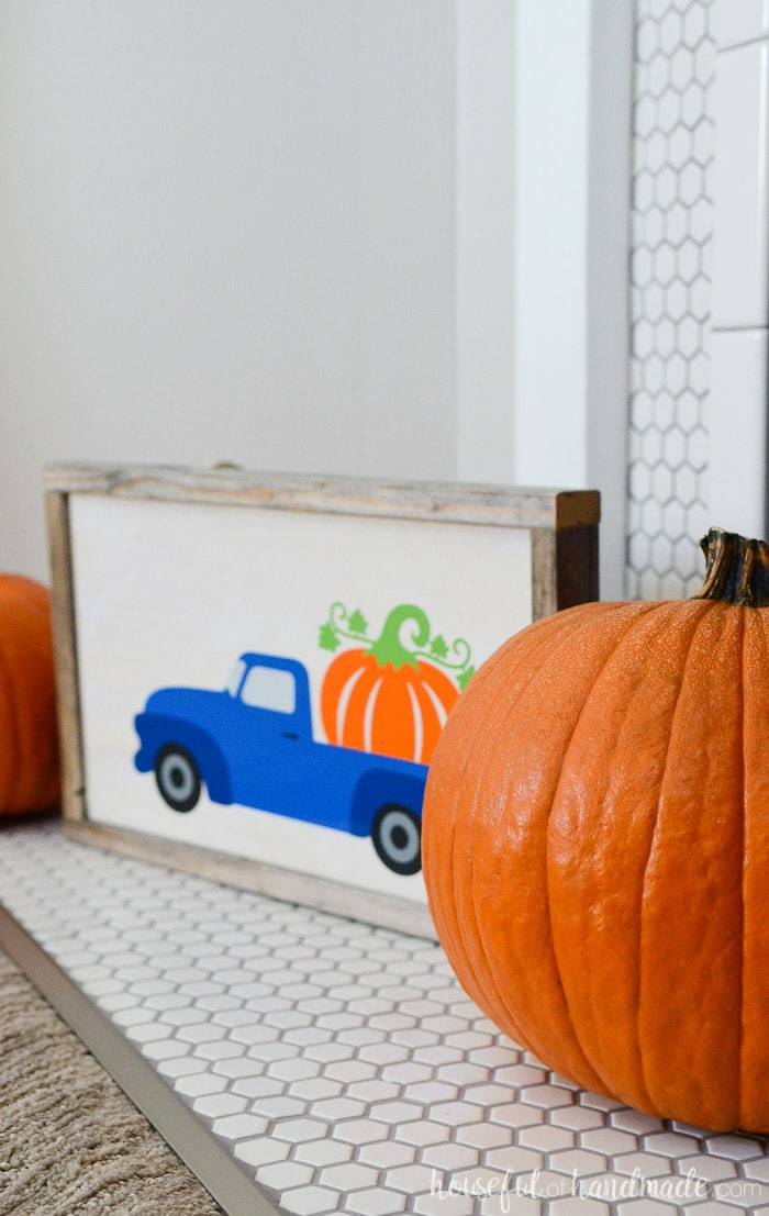Create a pumpkin patch at home with this easy wood pumpkin sign. The sign is made from reclaimed wood. Housefulofhandmade.com