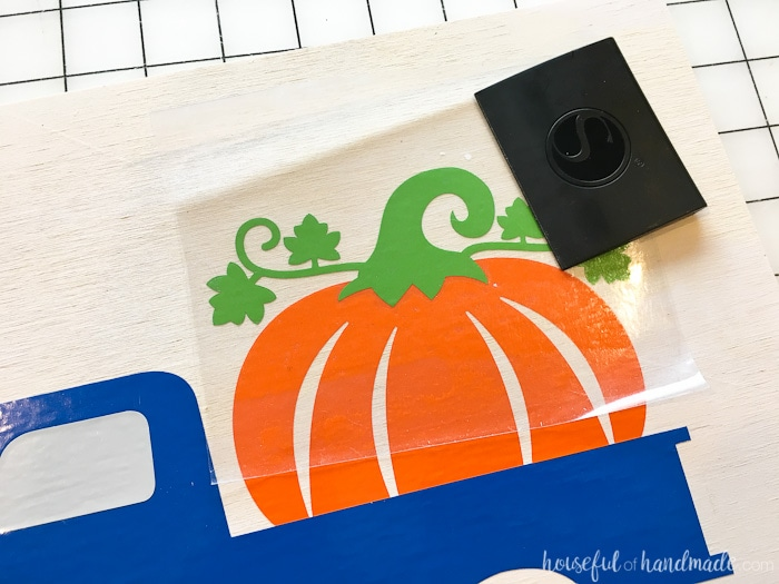 Layer the vinyl on the wood sign with these tricks. Housefulofhandmade.com