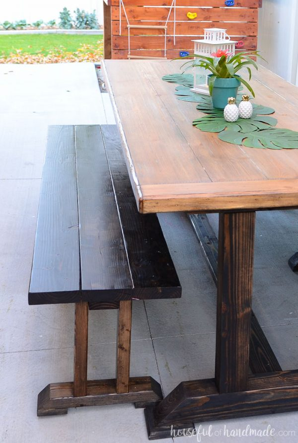 I love this large picnic table. It's perfect for entertaining on the patio. Get the outdoor dining table plans at Housefulofhandmade.com.