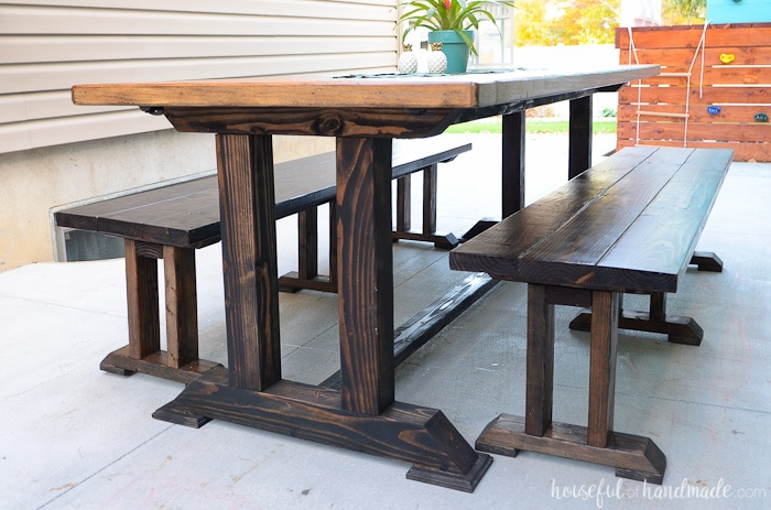 This beautiful outdoor dining table is perfect for your patio. There is room for all your friends and family. Get the free build plans at Housefulofhandmade.com.