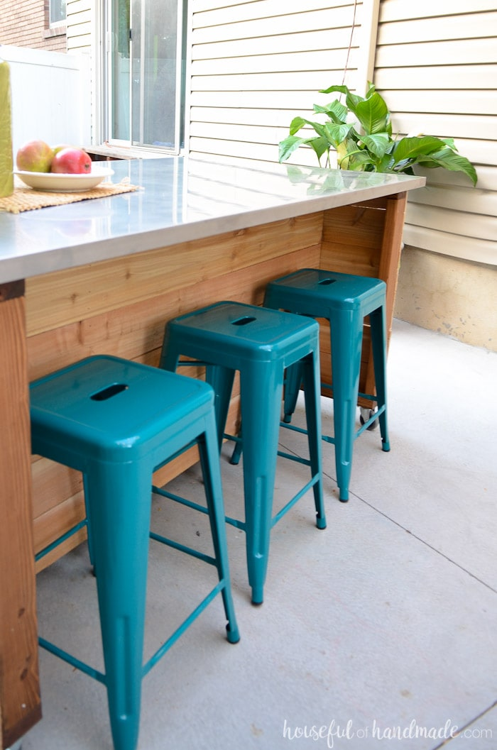 It doesn't take a lot of money to create the outdoor entertaining space of your dreams. This magazine worthy outdoor kitchen and dining room were created on a budget! Housefulofhandmade.com