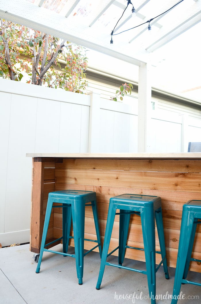 Add extra seating to your outdoor dining area with this portable kitchen island. It's the perfect place to add some bar stools. Housefulofhandmade.com