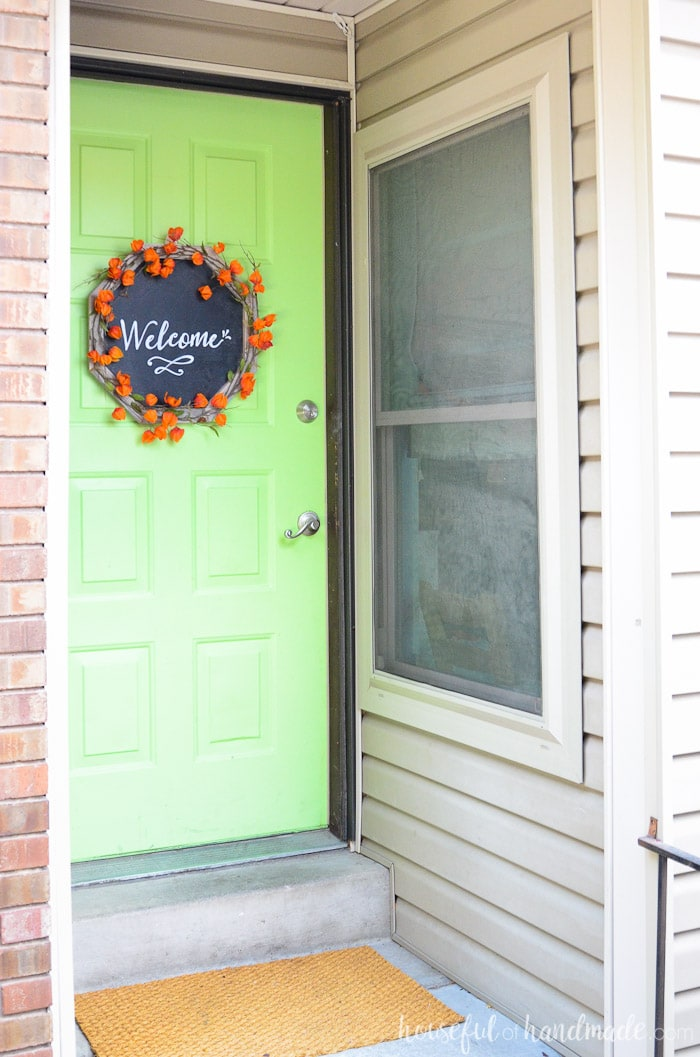 Welcome your guests with this beautiful chalkboard wreath made of reclaimed wood. And easy to build wood wreath form is perfect for fall. Housefulofhandmade.com