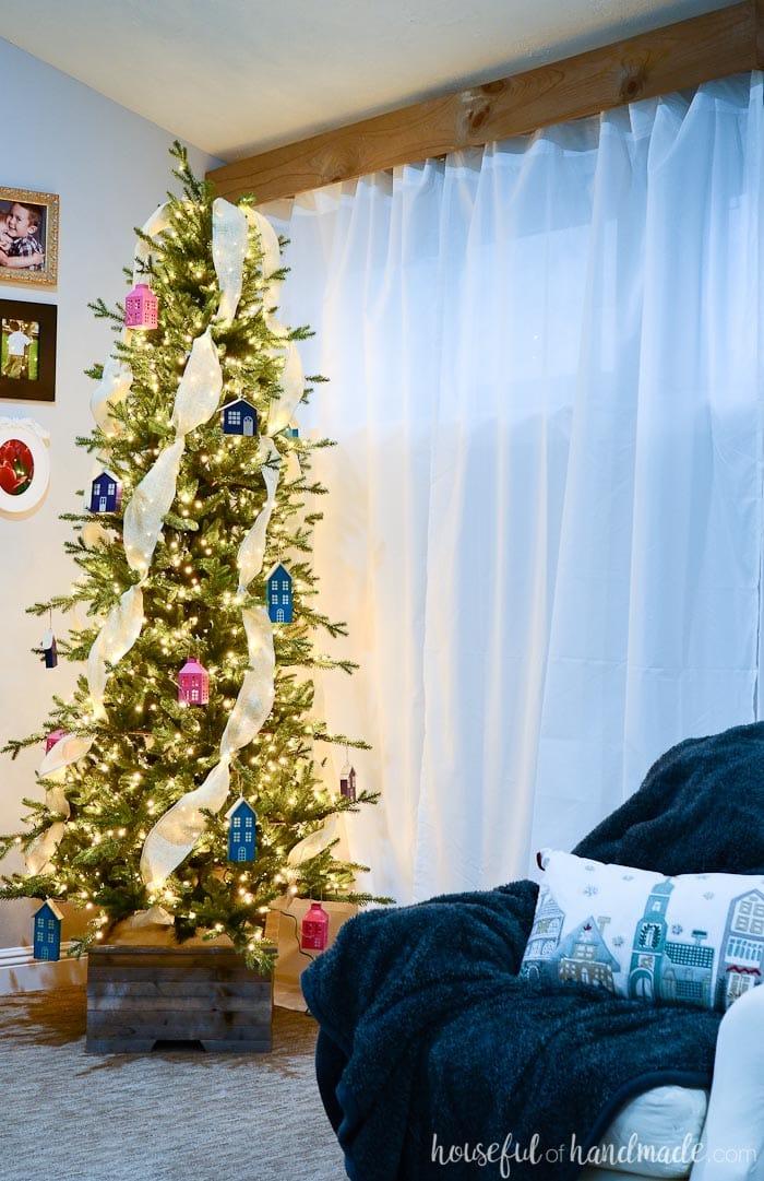 Christmas living room tour from Housefulofhandmade.com. Get inspired by rustic jewel tone Christmas decor.