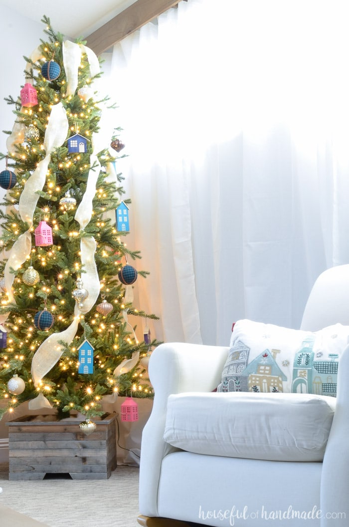 Create a Christmas tree that reflects your own home style. Get lots of inspiration with this virtual Christmas tree show. Housefulofhandmade.com