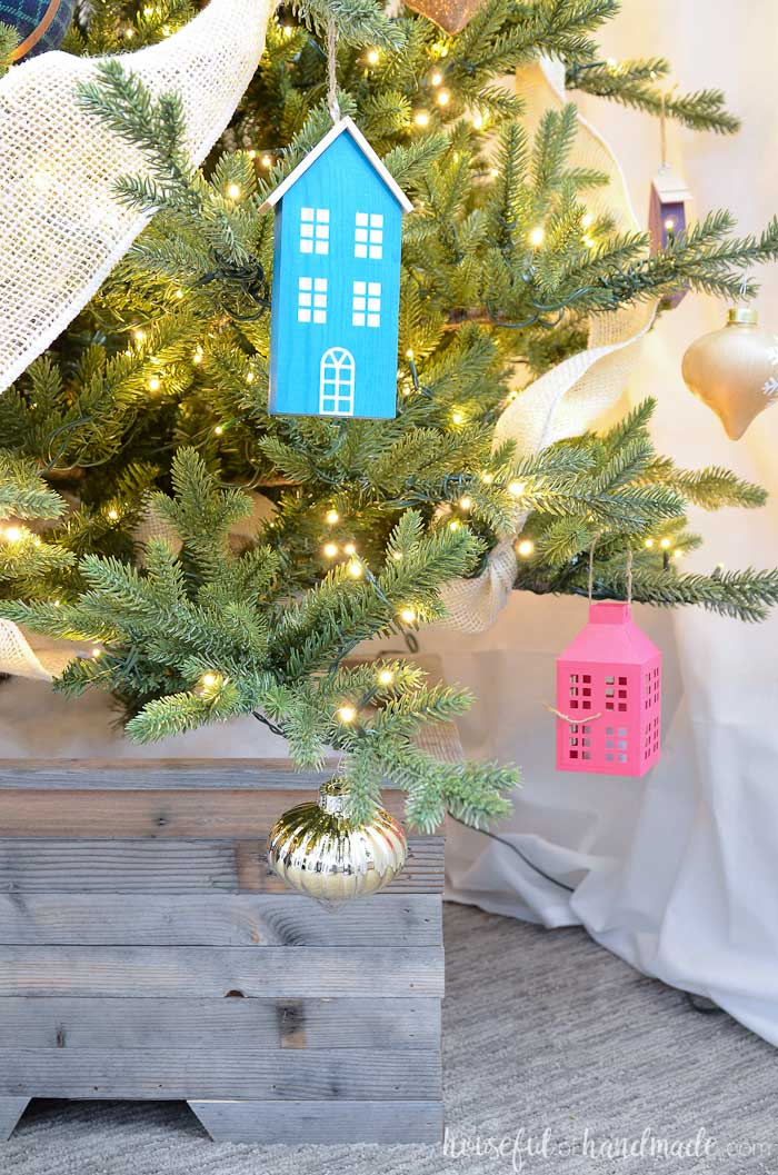 Simple colorful farmhouse decor is perfect for a fun and cozy Christmas. Housefulofhandmade.com