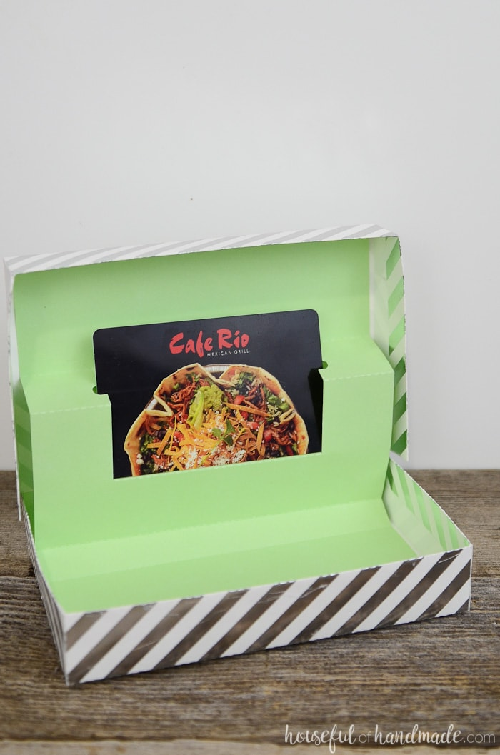 Give a gift card this Christmas in this awesome gift card box! It's so much better than a boring gift card envelope. Get the free template from Housefulofhandmade.com