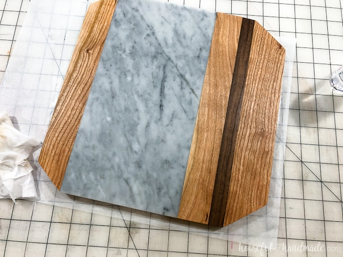 Mineral oil really makes the colors of the hardwood pop. It shows off the design in this wood and marble cheese board. Housefulofhandmade.com