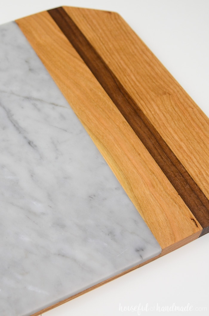 Love the colors on this homemade marble cutting board. The wood and marble are super functional and look so expensive. Housefulofhandmade.com