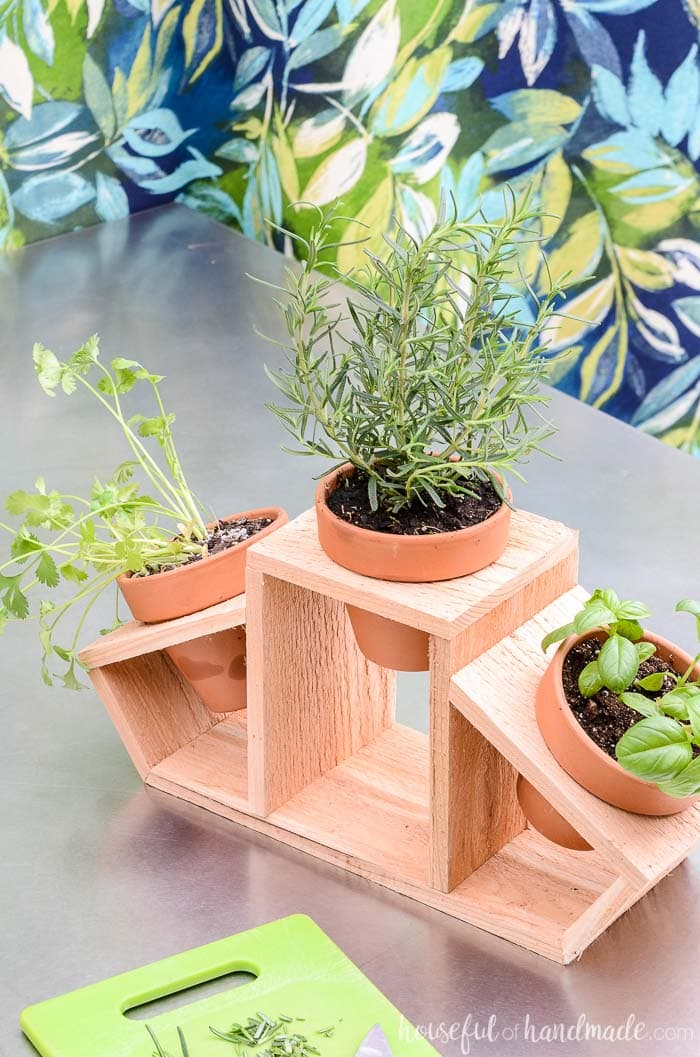 Kitchen herb planter with fresh herbs on the counter next to the cutting board. Housefulofhandmade.com