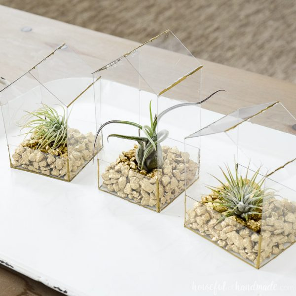 These clear and gold air plant holders are the perfect modern air plant terrarium. I love the gold rocks and little air plants displayed in them. Housefulofhandmade.com