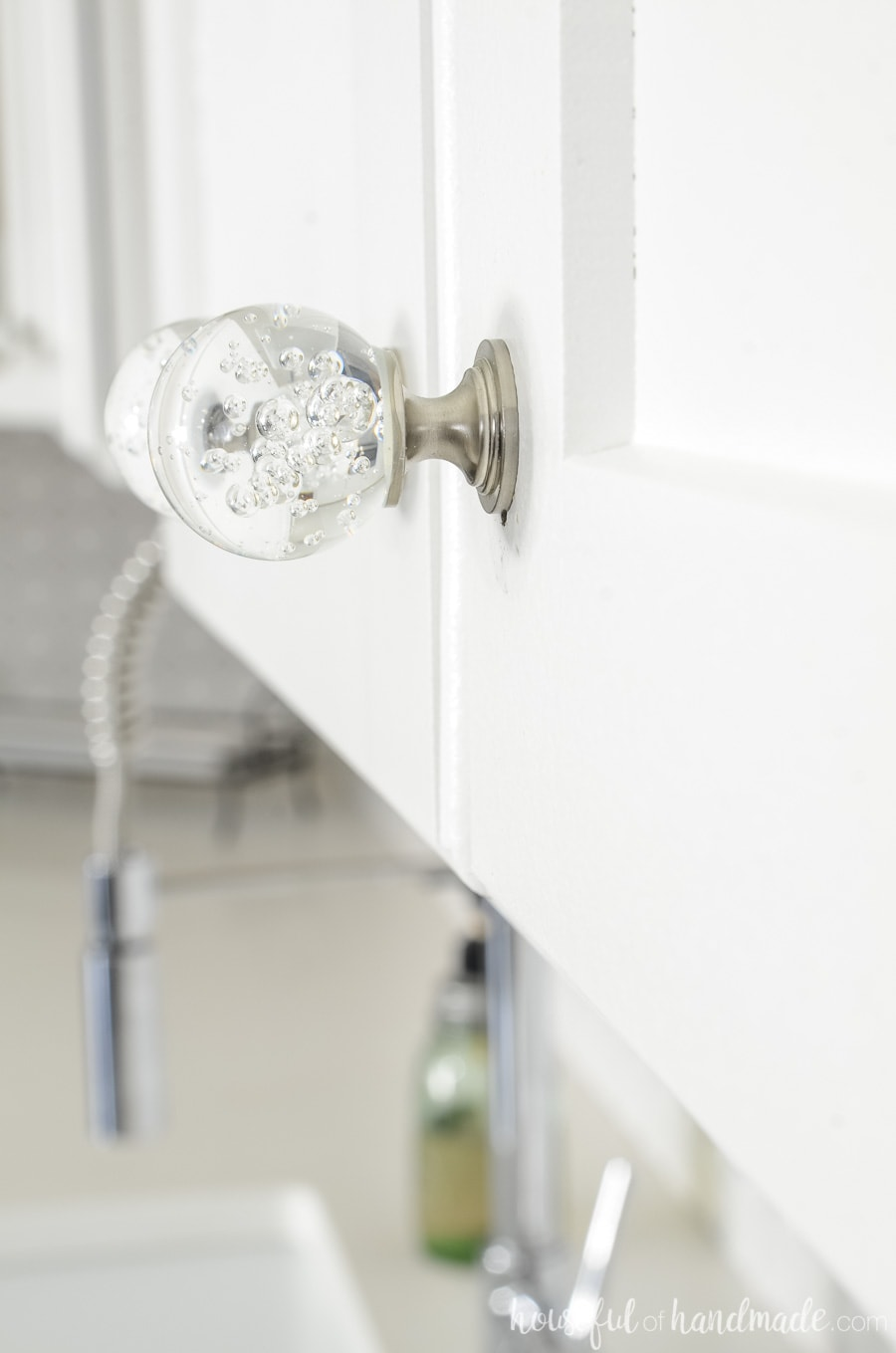 Add a little glam to your kitchen with these bubble glass knobs. The bubbles add sparkle to a modern farmhouse kitchen. Housefulofhandmade.com
