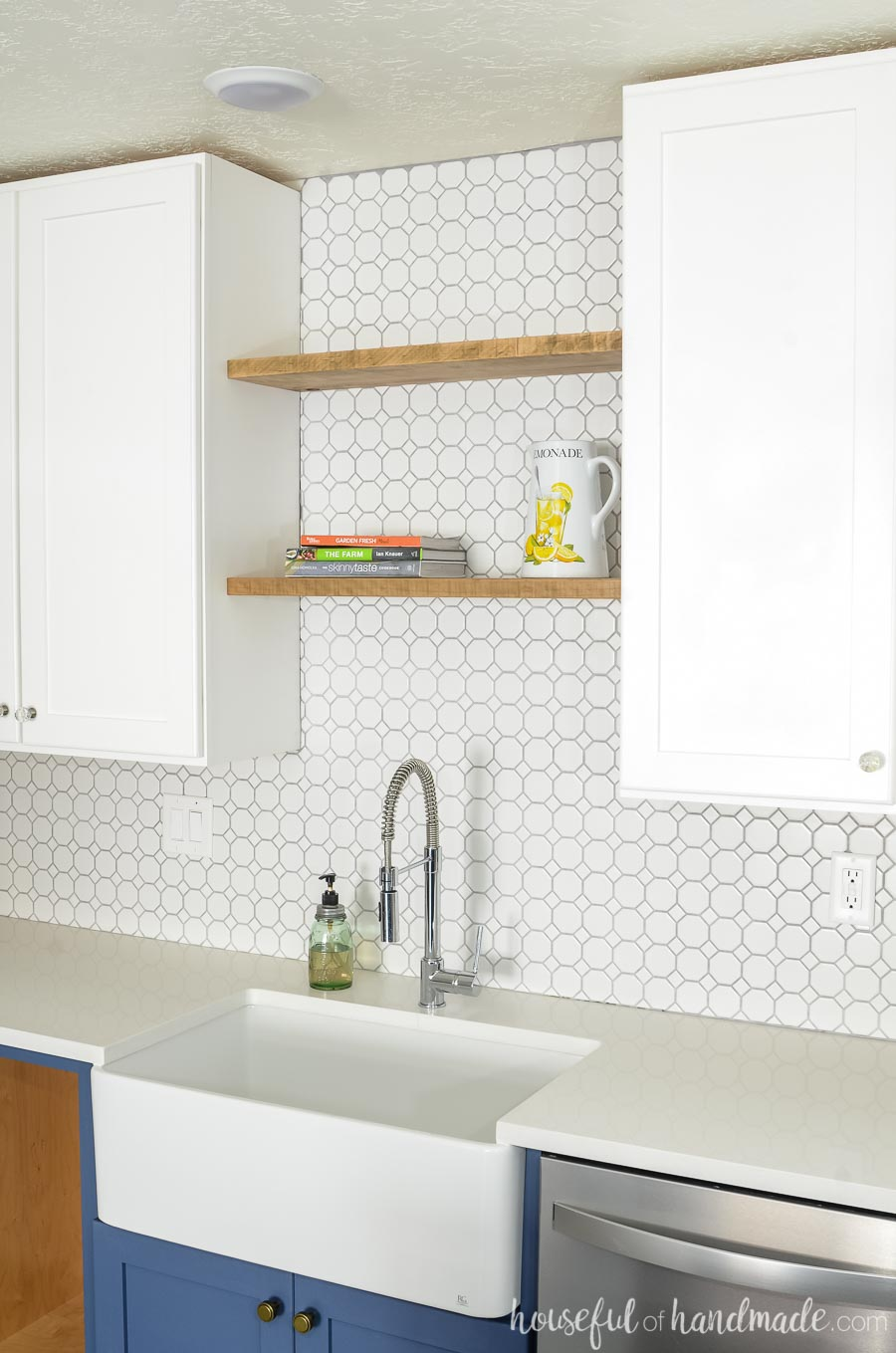 A farmhouse sink gives you so much space in your kitchen. Housefulofhandmade.com