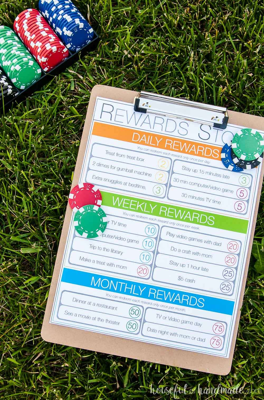 This kids chore system that works includes a reward system to help kids learn how to save up for things they want. Get the free printable chore charts at Housefulofhandmade.com.