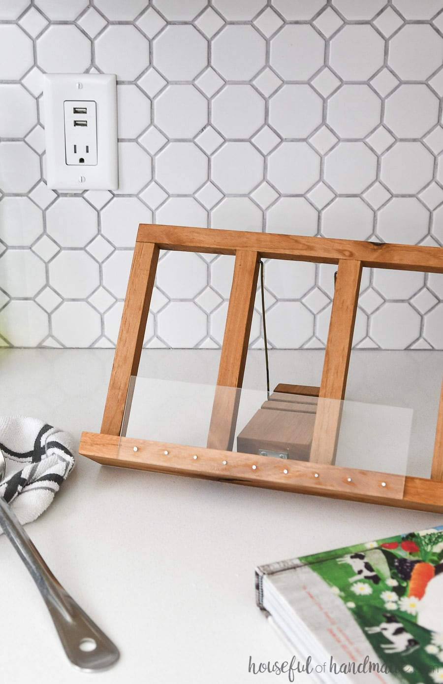 Easy to build cookbook stand can be leaned back as much as you want with the smart kickstand.