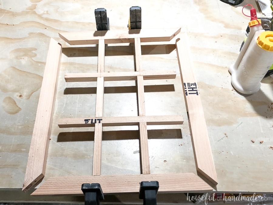 Clamping together the center structure of the window frame wreath.